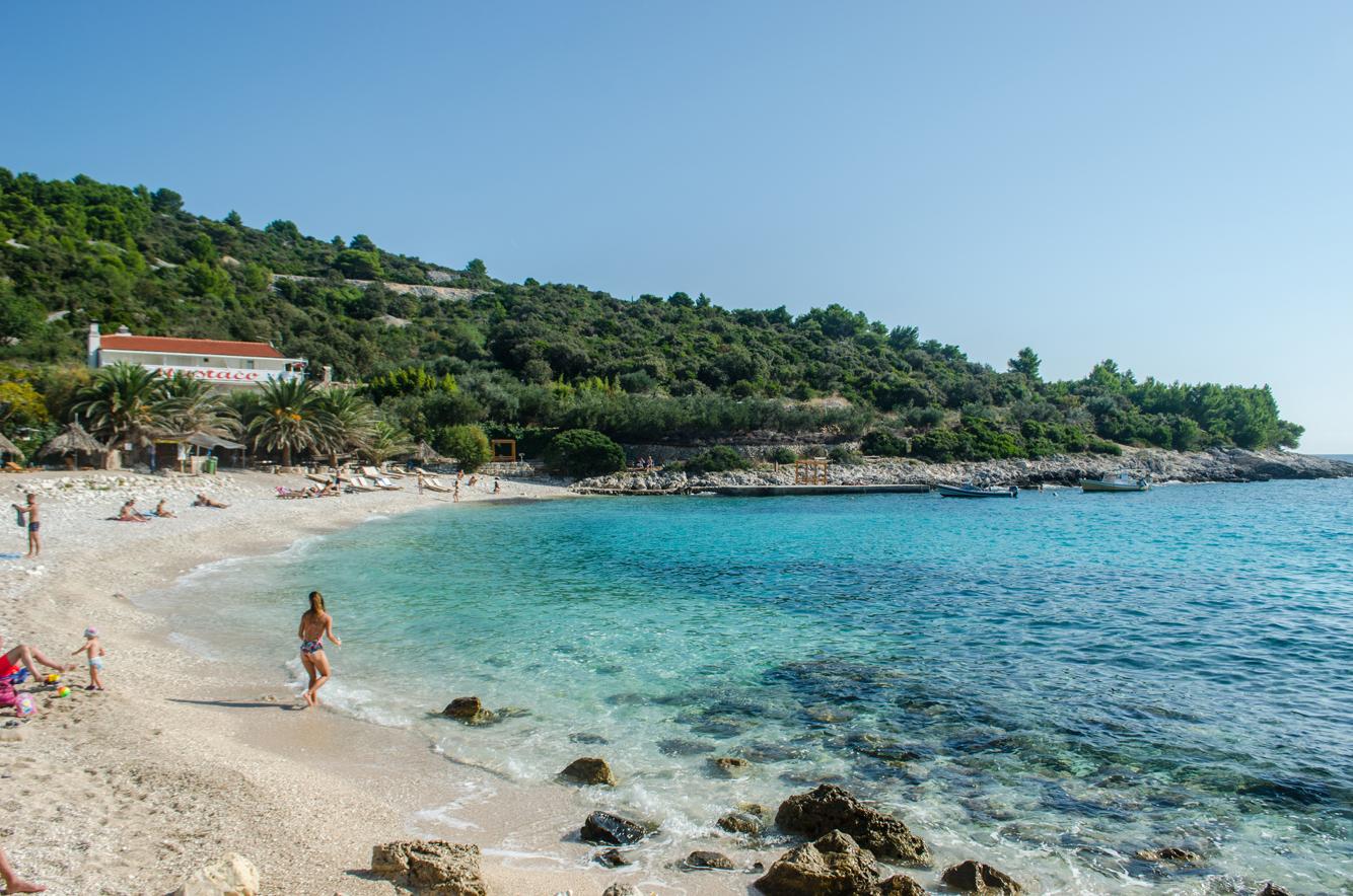 Playa en la isla de Hvar, Croacia
