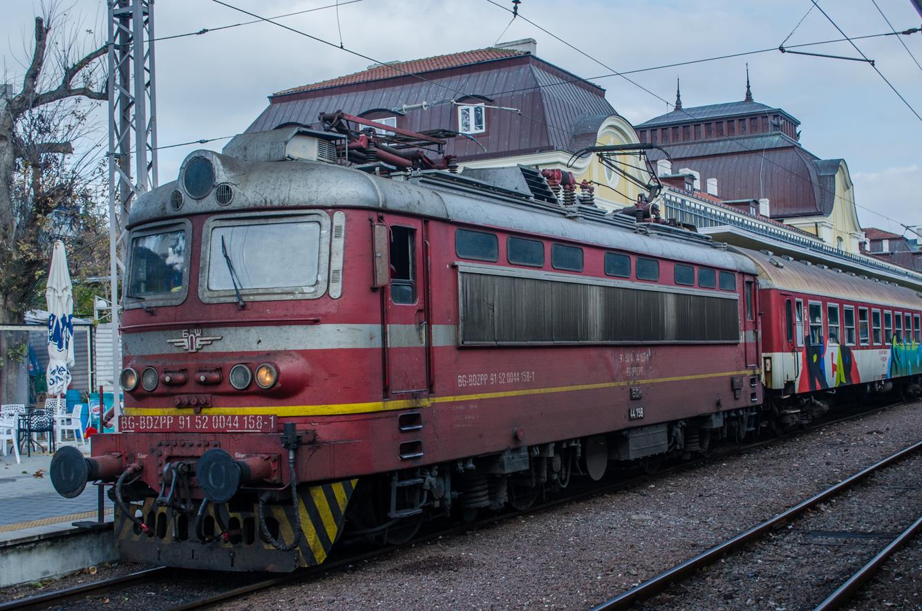 Tren búlgaro en la estación de Burgas, Bulgaria
