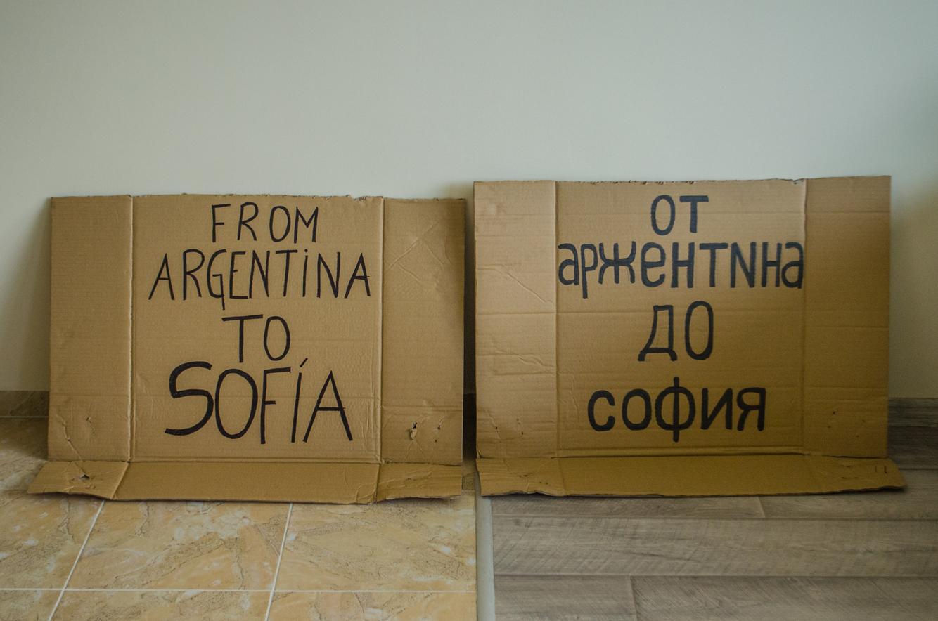 carteles que usamos para viajar a dedo en Balcanes
