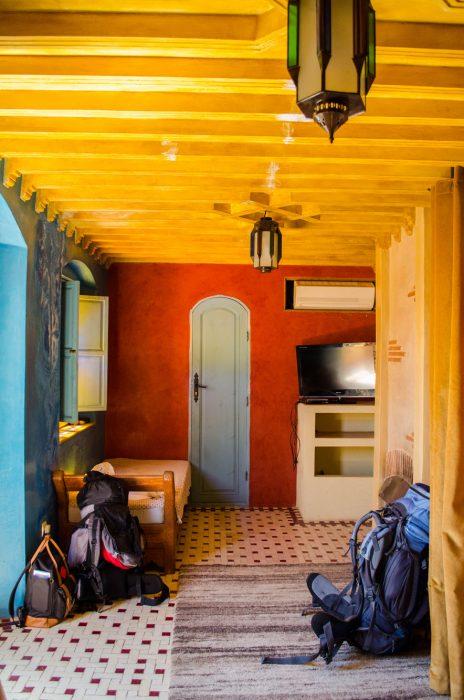 Nuestras mochilas, en una habitación de Marrakech